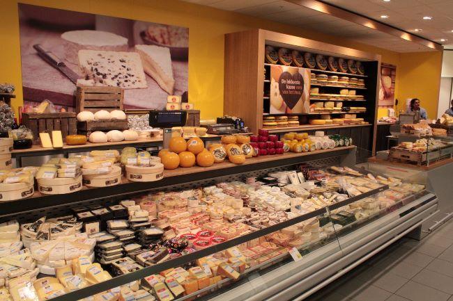 スーパーの中にチーズ専門店が