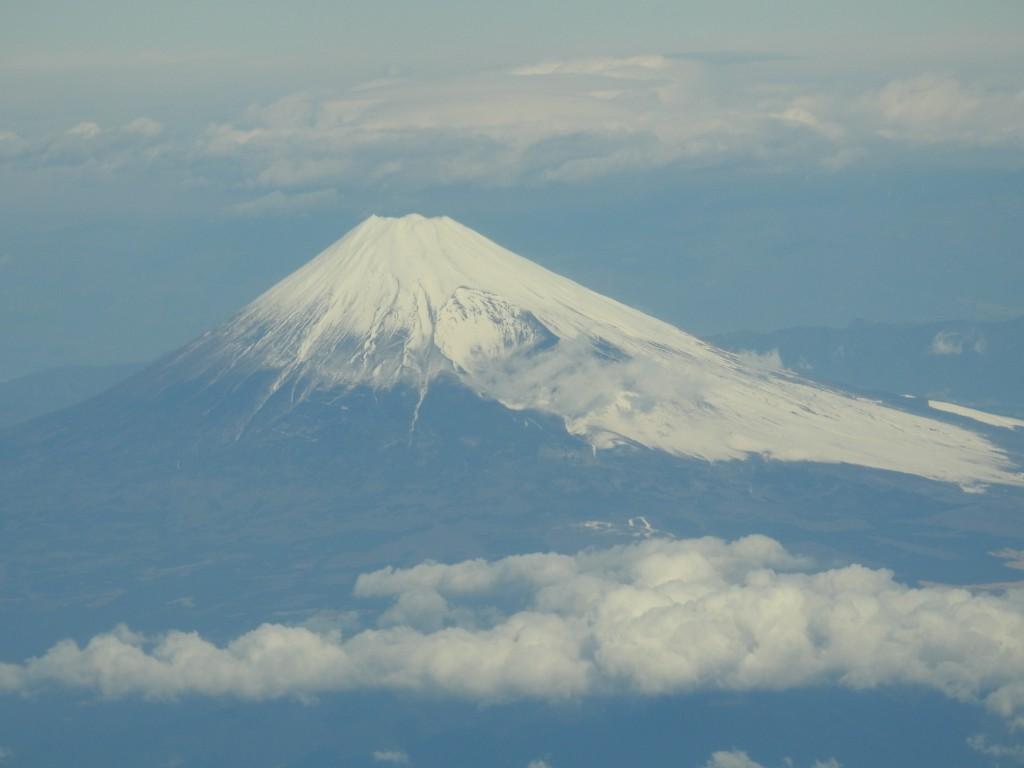 機内の窓から眺めた富士山