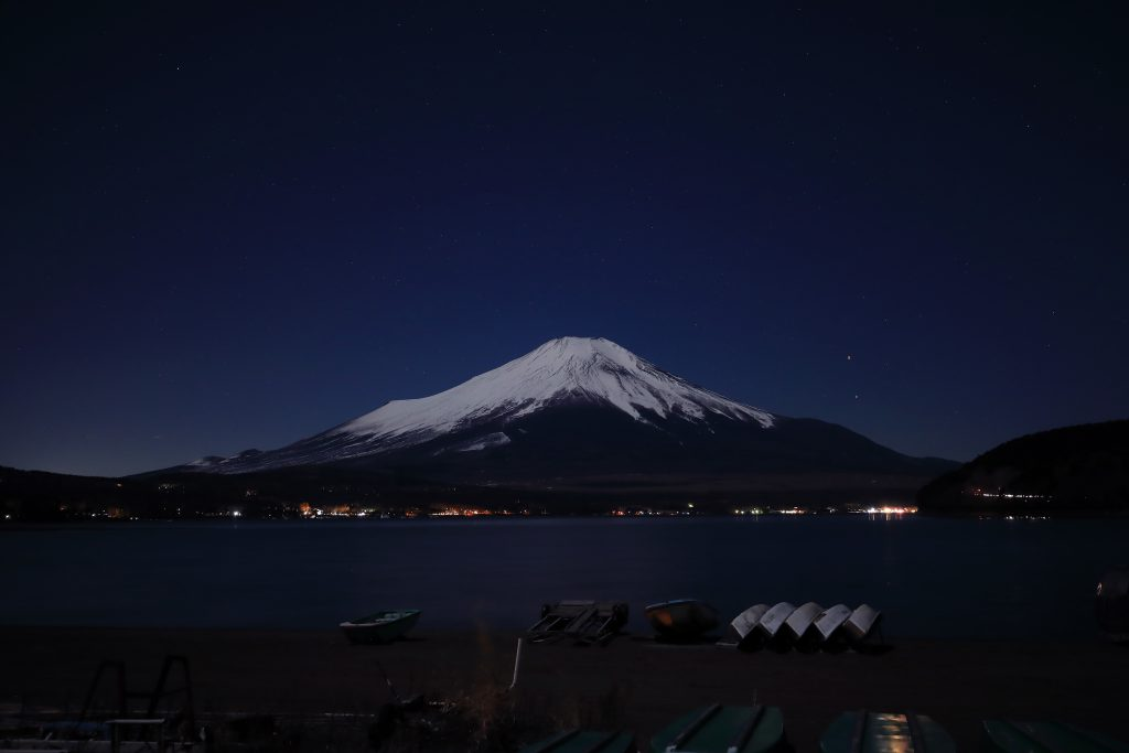夜空にそびえる富士山