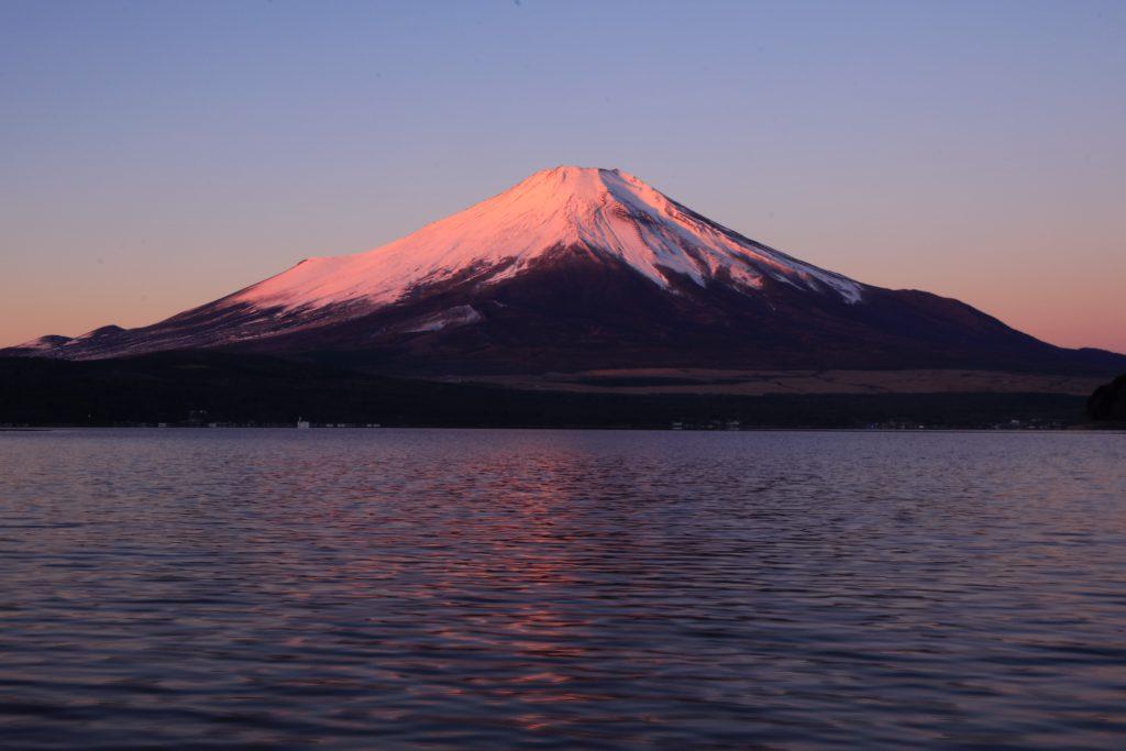 山中湖から望む紅富士